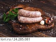 Сырые колбаски с чесноком и петрушкой. Стоковое фото, фотограф Ксения Кузнецова / Фотобанк Лори