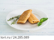 Блинчики с начинкой на тарелке. Стоковое фото, фотограф Ксения Кузнецова / Фотобанк Лори