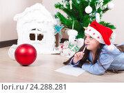 Купить «Девочка думает что написать в письме  Деду Морозу», фото № 24288281, снято 14 января 2016 г. (c) Emelinna / Фотобанк Лори