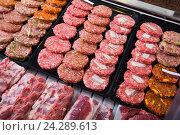 hamburguesa on counter. Стоковое фото, фотограф Яков Филимонов / Фотобанк Лори