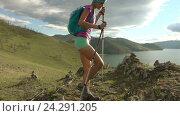 Молодая женщина с рюкзаком идет в горах. Стоковое видео, видеограф Станислав Толстнев / Фотобанк Лори