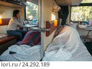 Купить «Пассажиры  поезда отдыхают на своих местах», фото № 24292189, снято 5 сентября 2016 г. (c) Михаил Трибой / Фотобанк Лори