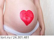 Купить «Беременная женщина с нарисованным губной помадой сердцем на животе», фото № 24301481, снято 28 сентября 2014 г. (c) Андрей Некрасов / Фотобанк Лори