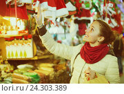 Купить «Woman at Christmas fair in evening», фото № 24303389, снято 27 января 2020 г. (c) Яков Филимонов / Фотобанк Лори