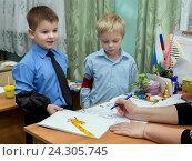 Купить «Мальчик показывает свой рисунок учителю», эксклюзивное фото № 24305745, снято 23 октября 2015 г. (c) Вячеслав Палес / Фотобанк Лори