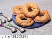 Купить «Пирожные кольца с творогом и ложки на столе», эксклюзивное фото № 24305981, снято 2 декабря 2016 г. (c) Яна Королёва / Фотобанк Лори