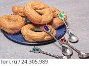 Купить «Пирожные кольца с творогом и десертные ложки», эксклюзивное фото № 24305989, снято 2 декабря 2016 г. (c) Яна Королёва / Фотобанк Лори