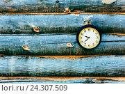 Настенные часы на деревянном фоне. Стоковое фото, фотограф Виталий Федоров / Фотобанк Лори