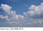 Купить «Голубое небо с белыми кучевыми облаками», фото № 24308913, снято 18 октября 2018 г. (c) Илюхина Наталья / Фотобанк Лори