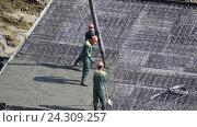 Купить «Заливка бетоном фундамента жилого дома», видеоролик № 24309257, снято 4 мая 2016 г. (c) Сергеев Валерий / Фотобанк Лори