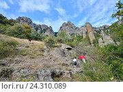 Туристы идут по горному ущелью в Долине Привидений. Крым (2016 год). Стоковое фото, фотограф Максим Мицун / Фотобанк Лори