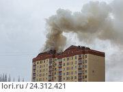 Купить «Пожар в многоэтажном доме», фото № 24312421, снято 24 августа 2019 г. (c) Рустам Шигапов / Фотобанк Лори