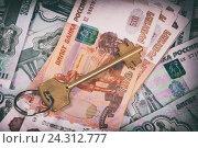 Купить «Ключи на фоне денег», фото № 24312777, снято 1 сентября 2015 г. (c) Александр Лычагин / Фотобанк Лори