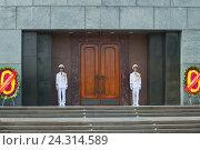 Купить «Солдаты вьетнамской народной армии в карауле у дверей мавзолея Хо Ши Мина. Ханой, Вьетнам», фото № 24314589, снято 10 января 2016 г. (c) Виктор Карасев / Фотобанк Лори