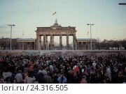 Купить «Germany, Berlin, the Brandenburg Gate, former GDR border guards, Berlin Wall, 11.11.1989 Europe, crowd of people, Fall of the Wall, border orifice, borderline...», фото № 24316505, снято 11 ноября 1989 г. (c) mauritius images / Фотобанк Лори