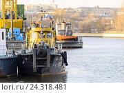 Подъем судна с реки на зимний берег парка. Стоковое фото, фотограф Андрей Радченко / Фотобанк Лори