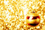 Рождественский шар на ярком блестящем фоне, фото № 24318681, снято 26 октября 2015 г. (c) Валерия Потапова / Фотобанк Лори