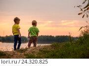 Мальчики стоят на берегу реки на закате (2016 год). Редакционное фото, фотограф Елена Ганненко / Фотобанк Лори