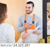 Купить «worker came to call housewife», фото № 24323281, снято 17 июля 2018 г. (c) Яков Филимонов / Фотобанк Лори