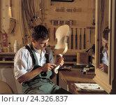 Купить «Garage, violin maker, work craft, violin making, violins, man, instrument making, musical instrument, occupation, work», фото № 24326837, снято 16 мая 2006 г. (c) mauritius images / Фотобанк Лори