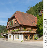 Купить «Germany, Baden-Wurttemberg, mountain Tri, wooden carving Hein, typical Black Forest house with hipped roof, shop-window, exhibit carvings, an old traditional craft in the Black Forest,», фото № 24331221, снято 2 октября 2013 г. (c) mauritius images / Фотобанк Лори