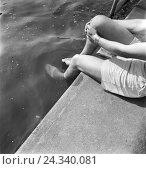 Купить «Füße im Wasser, Kneippkur in einem der zahlreichen Kurbäder in Aachen, Deutschland 1930er Jahre. Feet in the water; kneippism in one of the various spa resorts of Aachen, Germany 1930s.», фото № 24340081, снято 22 июля 2019 г. (c) mauritius images / Фотобанк Лори