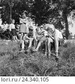 Купить «Kinder spielen mit einem Lamm, Deutschland 1930er Jahre. Children playing with a little lamb, Germany 1930s.», фото № 24340105, снято 23 апреля 2018 г. (c) mauritius images / Фотобанк Лори