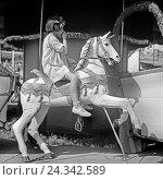 Купить «Kinder auf einem Karussell auf einem Volksfest, Deutschland 1930er Jahre. Children on a carousel at an annual fair, Germany 1930s.», фото № 24342589, снято 23 июля 2018 г. (c) mauritius images / Фотобанк Лори