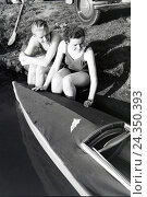 Купить «Junges Paar sitzt zusammen vor einem Boot am Ufer eines Sees, Deutschland 1930er Jahre. Young couple sitting in front of a boat at the river of a lake, Germany 1930s», фото № 24350393, снято 20 июля 2018 г. (c) mauritius images / Фотобанк Лори