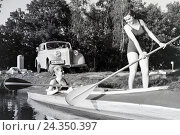 Купить «Junges Paar paddelt im Boot in Nhe des Ufers auf einem See, Deutschland 1930er Jahre. Young couple paddling in a boat on a lake near the river, Germany 1930s», фото № 24350397, снято 19 августа 2018 г. (c) mauritius images / Фотобанк Лори