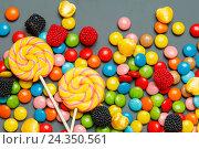 Разноцветные конфеты и леденцы на сером фоне. Стоковое фото, фотограф Иван Карпов / Фотобанк Лори