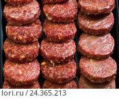 hamburguesa assort on counter. Стоковое фото, фотограф Яков Филимонов / Фотобанк Лори