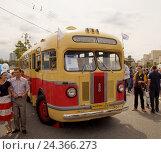 Купить «Ретро-автобус в Москве», фото № 24366273, снято 13 августа 2016 г. (c) Павел Кулинич / Фотобанк Лори