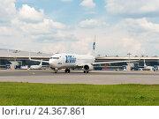 """Самолет авиакомпании """"ЮТэйр"""" на фоне терминала аэропорта Внуково (2016 год). Редакционное фото, фотограф Александр Овчинников / Фотобанк Лори"""
