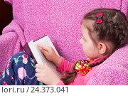 Купить «Девочка читает книгу, сидя в кресле», фото № 24373041, снято 3 января 2006 г. (c) Myroslav Kuchynskyi / Фотобанк Лори