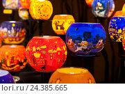 Купить «Austria, Vienna, Christmas market, tea candle glass balls», фото № 24385665, снято 18 февраля 2019 г. (c) mauritius images / Фотобанк Лори