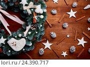 Купить «Рождественский венок на деревянном фоне», фото № 24390717, снято 6 декабря 2016 г. (c) Евгений Глазунов / Фотобанк Лори