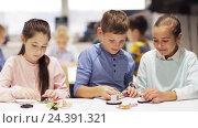 Купить «happy children learning at robotics school», видеоролик № 24391321, снято 26 октября 2016 г. (c) Syda Productions / Фотобанк Лори