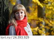 Купить «Портрет смелой молодой женщины с красным шарфом на фоне осеннего дерева», фото № 24393929, снято 9 ноября 2016 г. (c) Ирина Борсученко / Фотобанк Лори