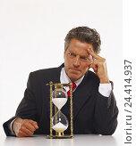 Купить «Man, middle old person, suit, hourglass, facial play, wait, impatience Men, businessman, clock, time, transitoriness, boredom, impatiently, monotonously, patience, duration, studio, near,», фото № 24414937, снято 25 сентября 2000 г. (c) mauritius images / Фотобанк Лори