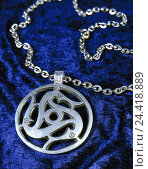 Купить «Silver jewellery, catena, detail, amulet, Celtic node jewellery, trailer, silver amulet, ornament, icon, Celtic, luck bringer, velvet, blue», фото № 24418889, снято 18 февраля 2002 г. (c) mauritius images / Фотобанк Лори