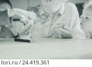 Купить «Table, grandmother, grandchildren, apple halves, split, portrait, b/w, inside, at home, granny, senior, children, siblings, boy, girl, granddaughter, grandson...», фото № 24419361, снято 26 июня 2002 г. (c) mauritius images / Фотобанк Лори