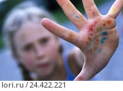 Купить «Girls, blond, palm, blobs paint, detail, model released, child, childhood, play, game, hand inner surface, hand, fingerpaints, dirtily, colour, paints...», фото № 24422221, снято 28 октября 2002 г. (c) mauritius images / Фотобанк Лори