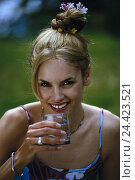 Купить «Meadow, woman, young, water, drink, portrait, outside, summer, hairs, medium blond, long, view, camera, hochgetseckt, happy, glass, water glass, thirst, thirsty», фото № 24423521, снято 27 июля 2001 г. (c) mauritius images / Фотобанк Лори