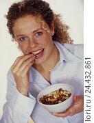 Купить «Nut mixture, intermeal, snack, food, nutrition eat woman, young, nuts, nibble, happy, course, naturalness, nerve food, studio», фото № 24432861, снято 7 марта 2003 г. (c) mauritius images / Фотобанк Лори