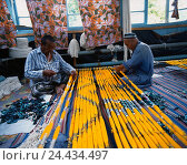 Купить «Uzbekistan, Margilon, production silk substances, worker», фото № 24434497, снято 21 июля 2018 г. (c) mauritius images / Фотобанк Лори
