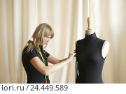 Купить «Woman, young, tape measure, dummy, upper top, mark out, concentration, 20-30 years, tailor, designer, fashion designer, education, occupation, trainees...», фото № 24449589, снято 20 декабря 2005 г. (c) mauritius images / Фотобанк Лори