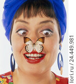 Купить «Woman, hair-band, costume jewellery, blue, butterfly, nose, facial play, squint, laugh, portrait, Heavy Weights, studio, housewife, fashion, earring, shrill...», фото № 24449981, снято 26 сентября 2000 г. (c) mauritius images / Фотобанк Лори