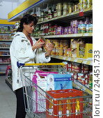 Купить «Supermarket, woman, purchasing, price comparison, customer, housewife, food, compare, prices, can content, amount, durability, expiry date, check, shopping carts, beverage case, culinary role, inside,», фото № 24451733, снято 10 февраля 2000 г. (c) mauritius images / Фотобанк Лори