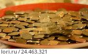 Купить «Деньги падают в чашку. Концепция увеличения прибыли и доходов», видеоролик № 24463321, снято 9 декабря 2016 г. (c) Сергеев Валерий / Фотобанк Лори